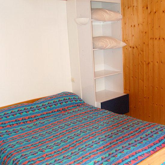 Chambre avec lit double et rangement