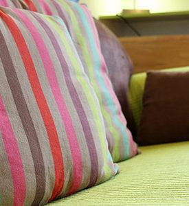 Coussins colorés sur le canapé