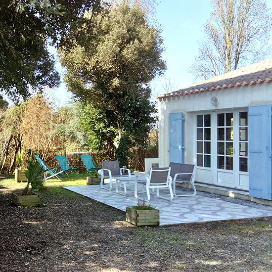 Extérieur de la location de vacances avec terrasse et salon de jardin