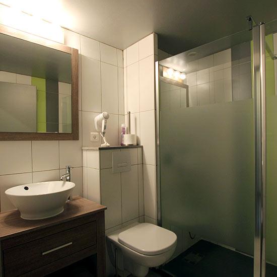Salle d'eau avec douche et wc
