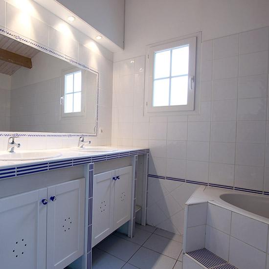 Salle de bain avec baignoire et double vasque