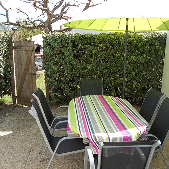 Salon de jardin sur terrasse ombragée - Oya Vacances Locations