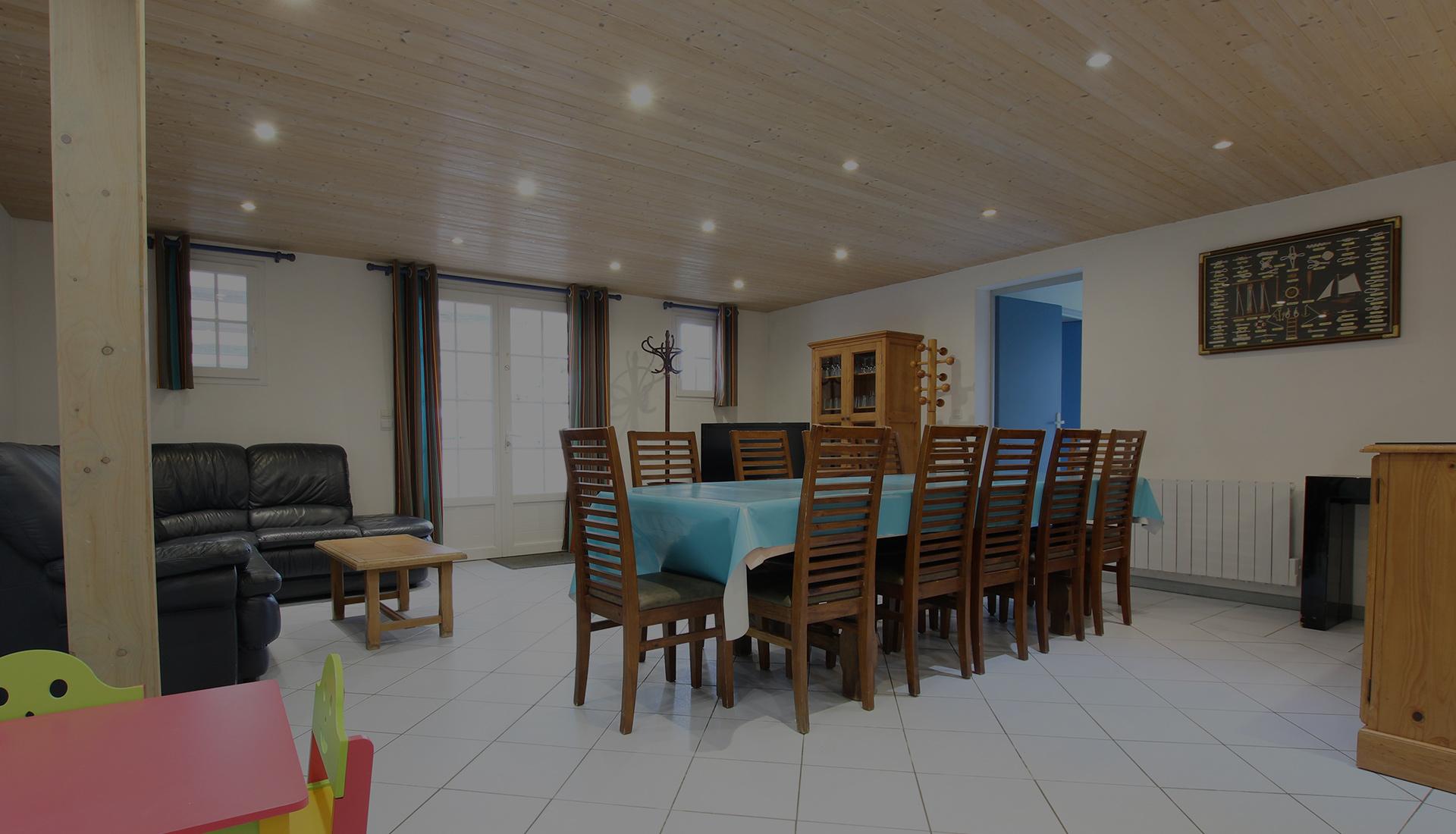 Salon avec salle à manger et table pour enfants location de la maison saint sauveur