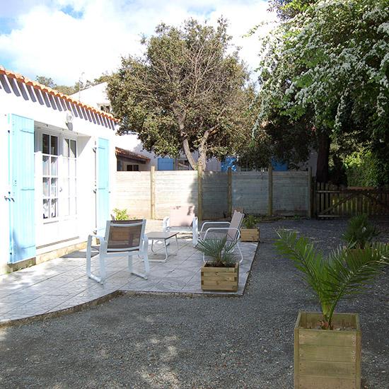 Terrasse ensoleillée avec salon de jardin