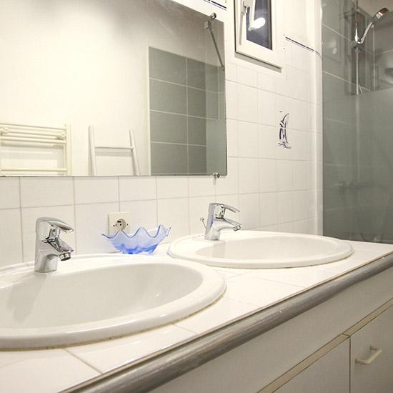 Double vasque dans la salle d\'eau - Oya Vacances Locations