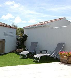 Terrasse avec transat de la location de vacances
