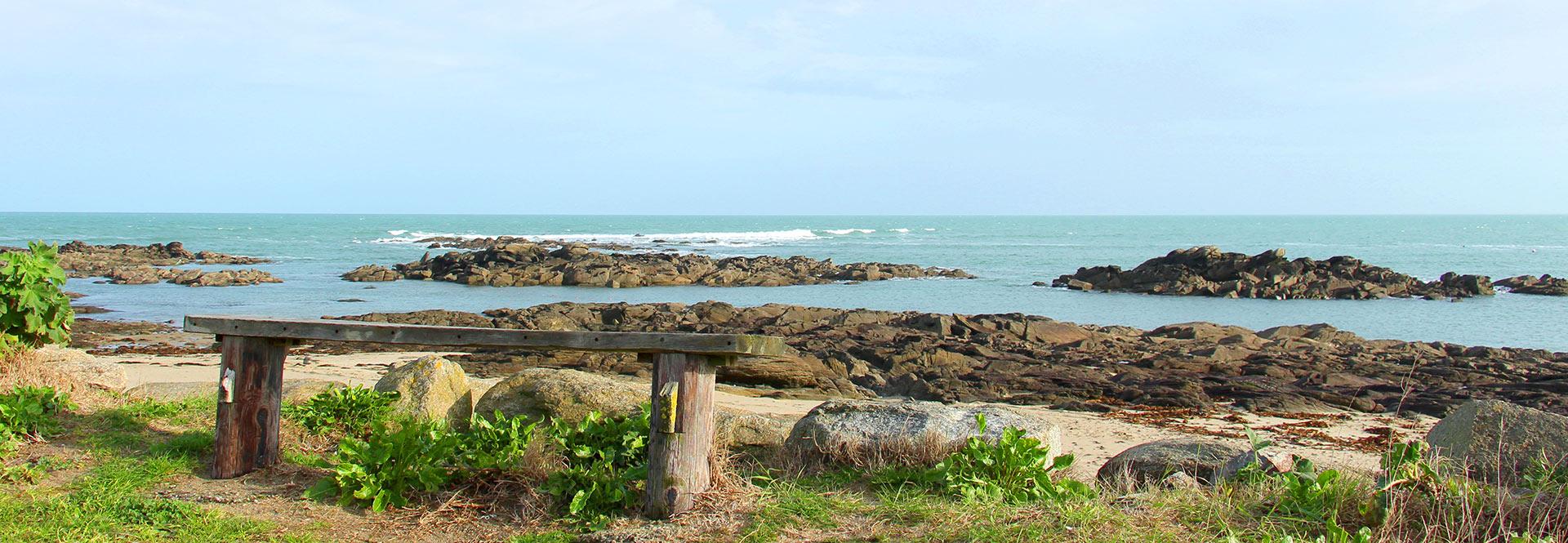 Banc sur la plage avec vue mer
