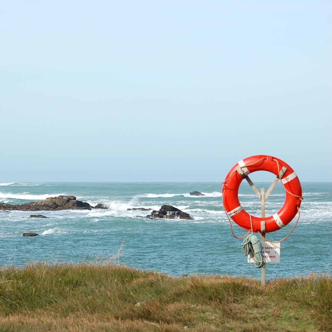 Bouée de sauvetage au bord de l'océan
