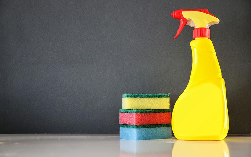 Éponges et spray pour le forfait ménage
