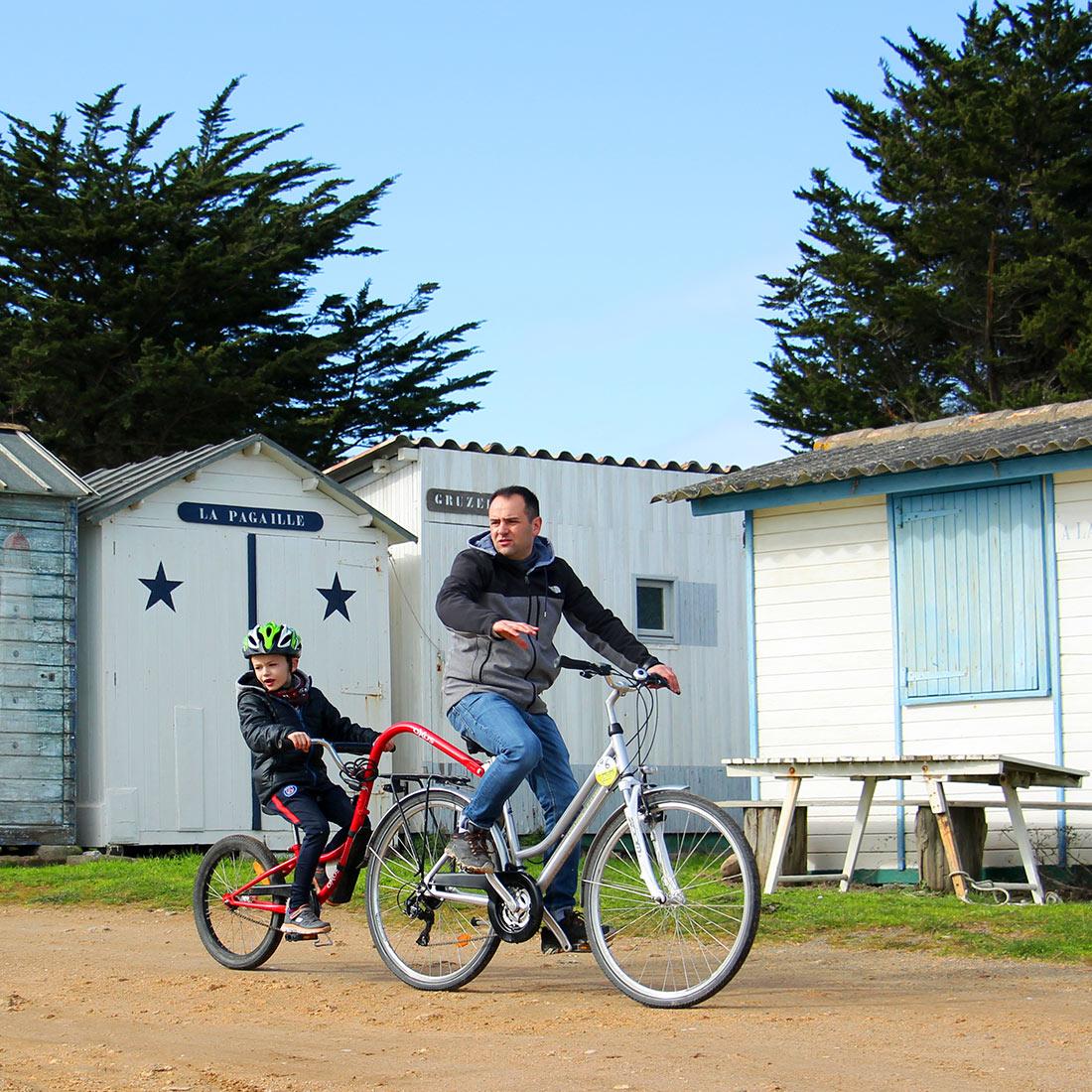 Vélo avec suiveur en famille